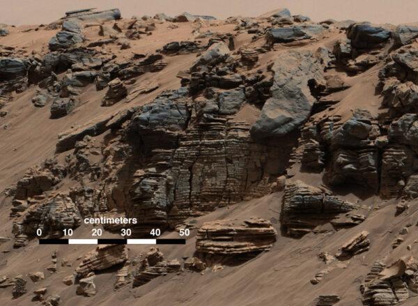 Vrstvy usazenin na snímku Mastcam svědčící o přítomnosti tekoucí vody na povrchu Marsu. Sol 712 (7. 8. 2014).