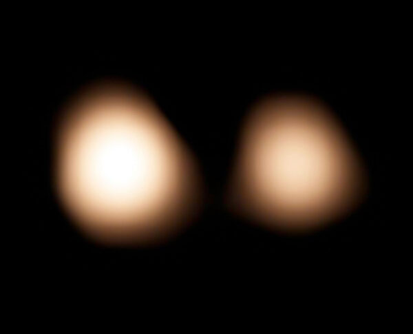 Dvojice Pluto-Charon na snímku observatoře ALMA v rádiovém/milimetrovém oboru.