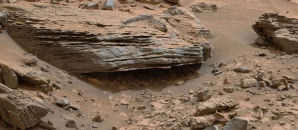 Detail sedimentů na úpatí Mount Sharp.
