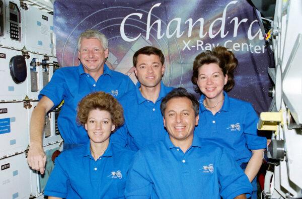 Tradiční snímek osádky raketoplánu Columbia (mise STS-93), která probudila teleskop Chandra k životu.