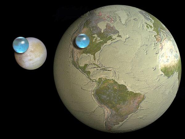 Množství povrchových vod na Zemi a na Jupiterově měsíci Europa, kde se ukrývá v rozlehlých podpovrchových oceánech.