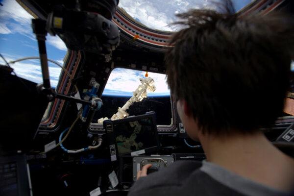 Na ISS se začínám cítit jako doma... Potom se ale s ubíhající Zemí pode mnou dostanu k řízení obrovského robotického ramene skrývajícího se v temnotě za naším oknem, a stále uvažuji nad tím, jestli je to skutečné, nebo jen sním.