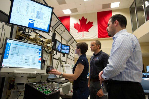 Zde pracuji na ovládacím panelu robotického ramene. Dva monitory vlevo od simulátoru na oběžné dráze nejsou. Ty používají instruktoři k ovládání simulace.