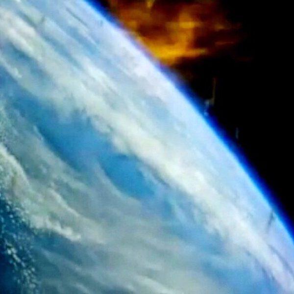 Začíná tu být docela horko! Orion vstupuje do atmosféry a přes okno můžeme vidět horké plasma