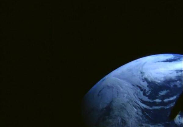 Fotka Zeměpořízýená aplubní kamerou na Orionu. Loď brzy  proletí prvním radiačním pásem