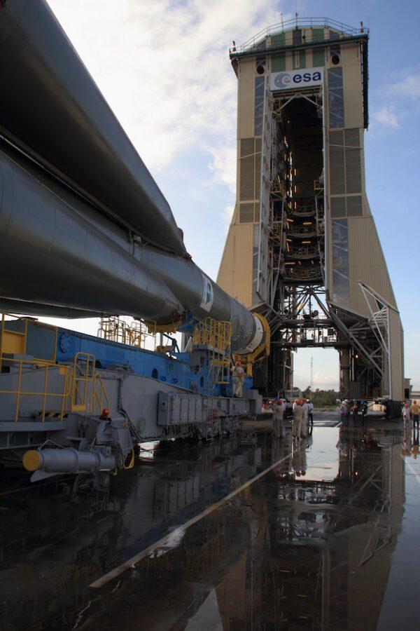Raketa Sojuz dorazila k mobilní obslužné věži