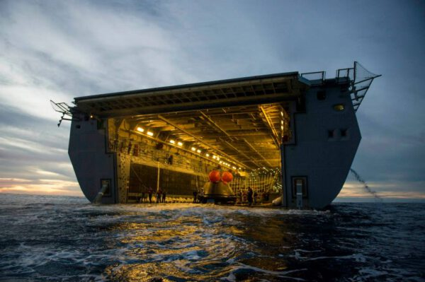 Nakládání Orionu do lodi USS Anchorage