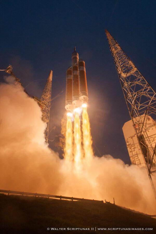 Delta IV Heavy stoupá k obloze