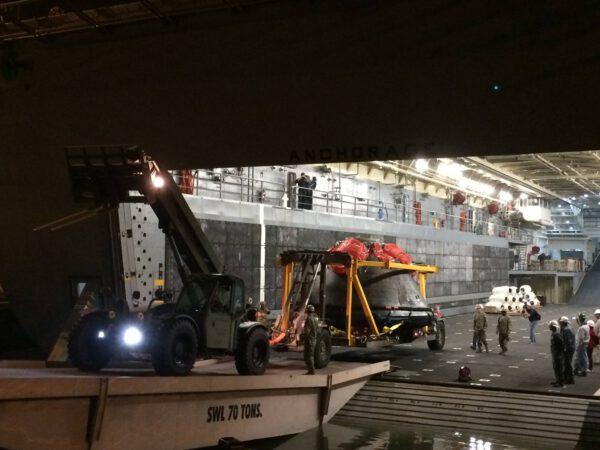 Orion je zpět na pevné zemi - vykládání v přístavu