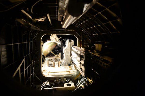 Japonská přechodová komora během minulého týdne, kdy byl venkovní poklop otevřen a posuvný stůl byl vysunut ven, aby předal satelit robotickému ramenu.