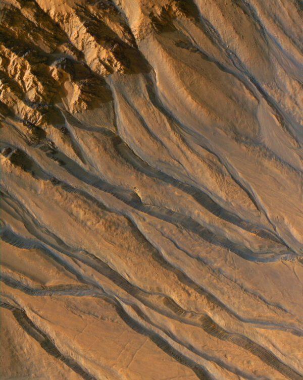 Četná koryta v oblasti, která je v blízkosti Gorgonum Chaos.
