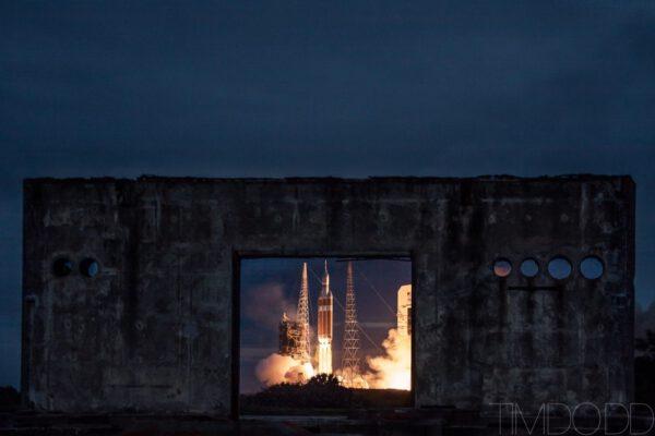 Spojení historie s budoucností - v popředí rampa, kde došlo k požáru Apolla 1, v pozadí startující mise EFT-1