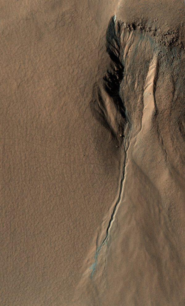 Postupně mizející vodní tok. Voda omývá povrch Marsu a odhaluje tak jeho pravou tvář.