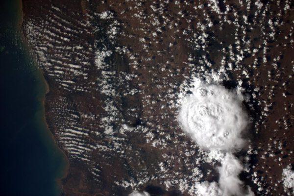 """""""Bouře viděná shora. Zdravím Madagaskar!"""""""