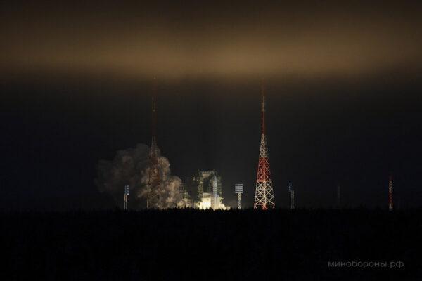Kosmodrom ještě v době startu halila tma