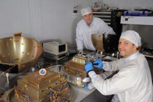 Andy Nicholas (vlevo) a Ted Finne (vpravo) z NLR připravují satelit SpinSat zdroj:navy.mil