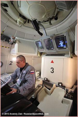 Interiér makety plánované kosmické lodi, představený v létě 2013