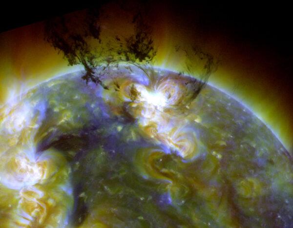 Okázalá erupce: 7. června 2011 zachytila SDO masivní erupci, která vyzvedla ohromné množství chladné a tmavé hmoty do koróny. Většina materiálu spadne zpátky na Slunce, kde se vlivem gravitační energie ohřeje na více než milion stupňů Celsia. Vědci tak mohli v malém měřítku sledovat, jak to vypadá u jiných hvězd, které svou gravitací přijímají okolní plyny.