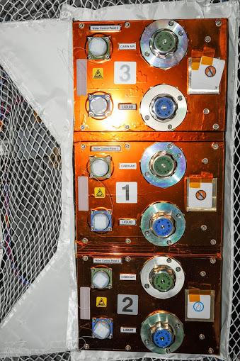 Ovládací panel ATV s ventily pro ovládání proudění kapalin.