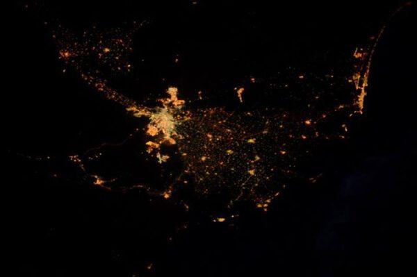 """""""Zdravím Egypt! Zde je Káhira a okolí. Nil je jako proud světla!"""""""