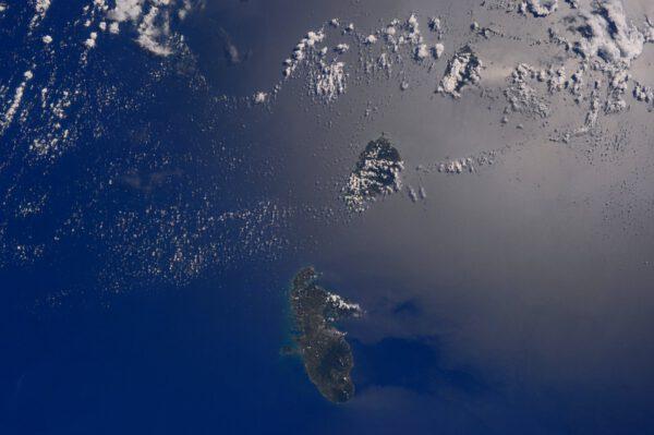 """""""Svatá Lucie, domov obrovského zříceného vulkánu. Pozůstalé pohoří Piton patří mezi světové dědictví UNESCO."""""""