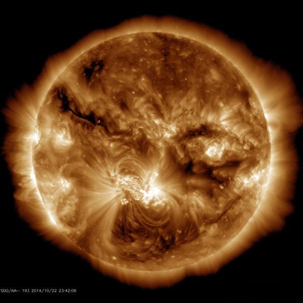 V říjnu 2014 byla na Slůunci vidět největší skvrna za posledních 24 let. Na této fotce pořízené 22. října můžeme vidět jasně zářící aktivní oblast v koróně, která se vznáší nad magnetickým polem skvrny. Na obrázku vidíme plyny při teplotě milion a půl stupňů Kelvina.