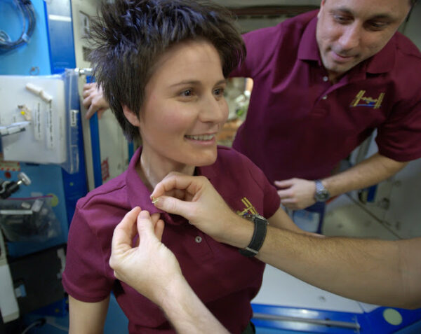 Terry byl tak pozorný, že pro mě sem nahoru přivezl zlatý odznak astronauta.
