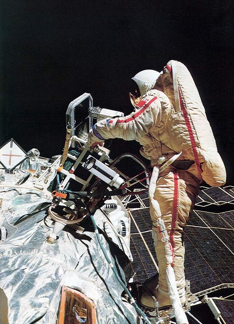 Ikonický snímek: Savickja poprvé svařuje v otevřeném kosmu