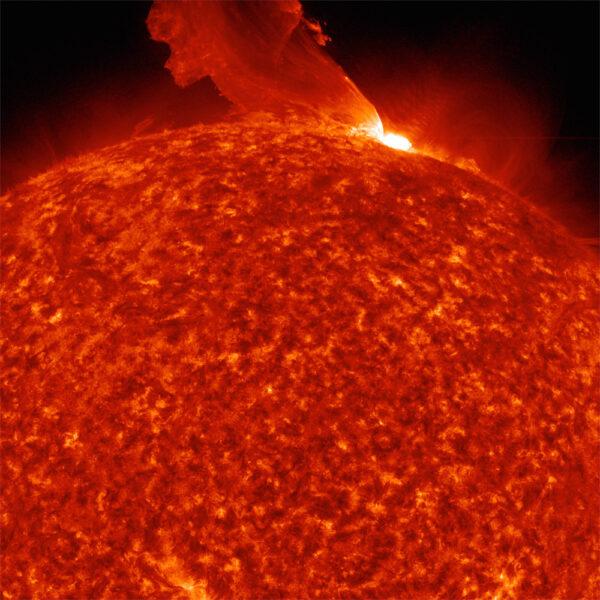 Katapultující exploze: Vědci, kteří pracují na vyhodnocování fotek ze sondy SDO rádi takovýmto jevům říkají trebuchet podle středověkého vrhacího zařízení, které se používalo v bitvách. Tento snímek byl pořízen 24. února 2011, když se na okraji slunečního kotouče objevila solární erupce. Slunce přitom vyvrhlo do svého okolí velké množství plasmatu, které tu vířilo ještě 90 minut. Díky velkému rozlišení snímků z AIA mohli vědci sledovat celou událost ve velkých detailech.