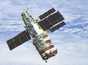 Záběr na mrtvý Saljut z paluby Sojuzu T-13