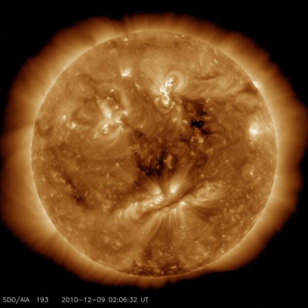 Starý muž na Slunci: Tato fotka trochu připomíná lidský obličej. Oči jsou tvořeny horkým materiálem, tmavá linka symbolizující ústa je naopak z chladnějšího materiálu. Vlasy má na svědomí materiál plující ve sluneční atmosféře