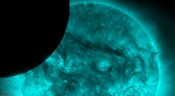 SDO krouží kolem Země po takové dráze, která zajišťuje, že výhled na Slunce je téměř nepřerušený. Párkrát za rok se jí ale postaví do cesty náš Měsíc. Tento snímek vznikl 22. listopadu 2014 a vidíme na něm měsíční disk, který částečně blokuje výhled na korónu. Když se podíváte detailněji, uvidíte na okraji měsíčního kotouče, že se nejedná o dokonalý kruh. Snímky z AIA tak umožňují rozeznat lunární pohoří na okrajích disku.