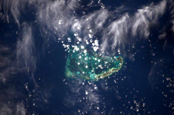"""""""Jen kousek na sever je mnoho křehkých atolů jako je tento. Že by to bylo Souostroví Glorieuses?"""""""