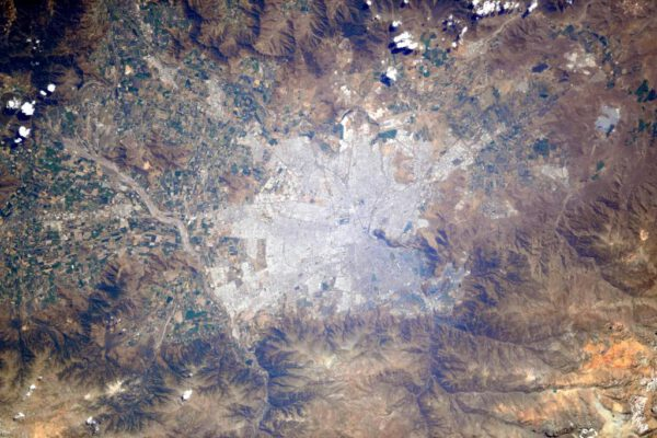 """""""Buenos dias Chile! Pokud se nemýlím, toto je vaše hlavní město Santiago. Musíte mít fantastický výhled na hory!"""""""