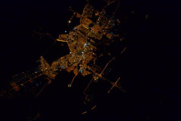 """""""Nádherný noční přelet nad Arabským poloostrovem. Nevíte, co by to mohlo být za město?"""""""