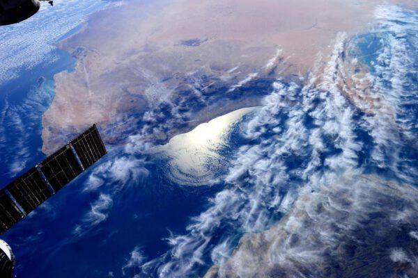 """""""Zdravím Omán! Takto vás vidíme z vesmíru. Nad Zálivem je velice neobvyklý vzor oblaků."""""""