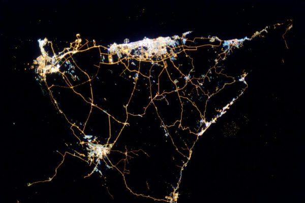 """""""A tady blízké okolí v noci. Zdravím Dubaj, Abú Dhabí a Al Ajn."""""""