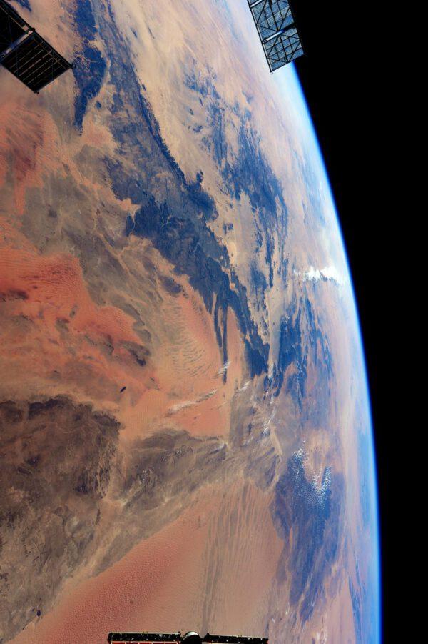 """""""Jsem fascinovaná téměř marsovskou krajinou během přeletu nad Alžírskem ke Středozemnímu moři."""""""