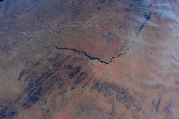 """""""Zdravím Mali a řeku Niger! Vidíte 5 osamělých nízkých mraků, které vypadají jako 5 letadel ve formaci?"""""""