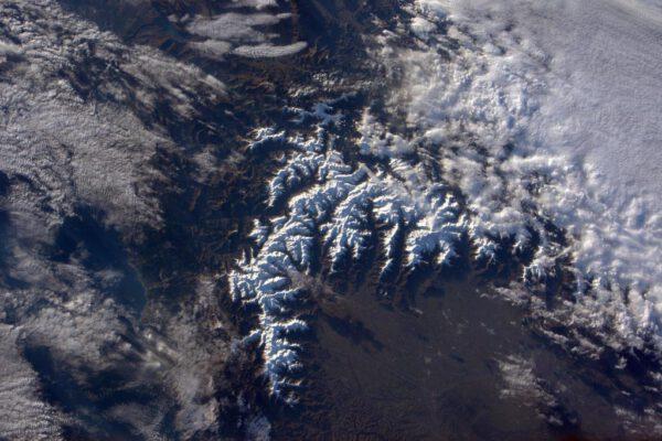 """""""Zasněžené vrcholky západních Alp. Je ohromné jak ten malý oblak dokáže vrhnout takový velký mrak na italské údolí Po."""""""