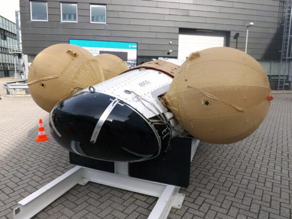 Tento exemplář IXV do kosmu nepoletí - používal se pro zkoušky přistání v moři. Na fotce jsou dobře vidět 4 stabilizační balóny, které udrží IXV po přistání na hladině.