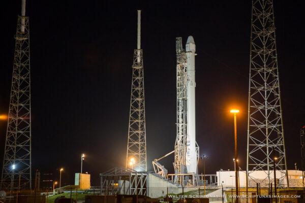 Falcon 9 na startovní rampě