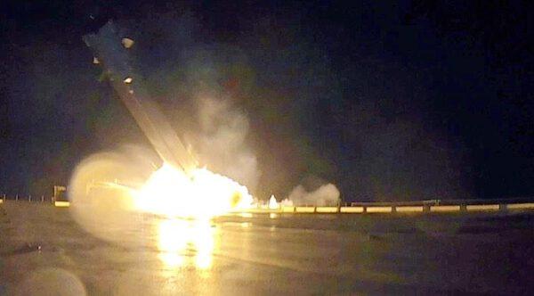 Dochází k poškození nádrží, objevuje se první náznak exploze