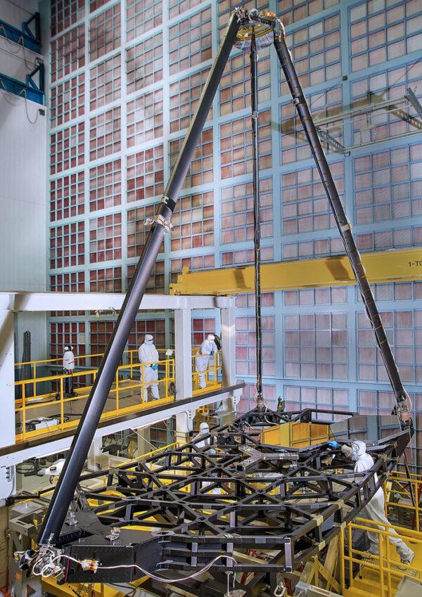 Úspěšně vyklopená konstrukce, která drží sekundární zrcadlo - povšimněte si velikosti lidí.