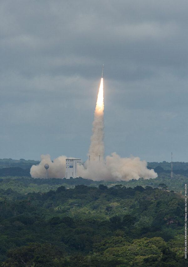 Vega je lehká raketa s docela výkonným prvním stupněm. Není se co divit, že startovní rampu opustila velmi rychle.