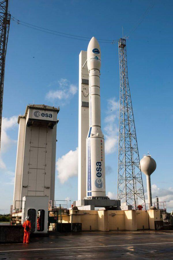 Snímek rakety Vega ještě předtím, než bylo okolí rampy vyklizeno