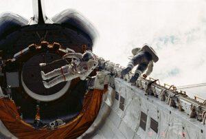 Musgrave (vlevo) a Peterson během první EVA v programu Space Shuttle