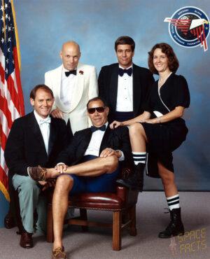 """Tradiční """"rozverná"""" fotografie posádky STS-33 (zleva: """"Sonny"""" Carter, Musgrave, Gregory, Blaha, Thornton)"""