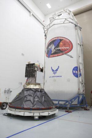 Sonda DSCOVR připojená k adaptéru horního stupně - v pozadí vidíme aerodynamický kryt