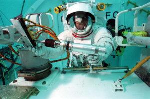 Story nacvičuje EVA pro misi STS-61